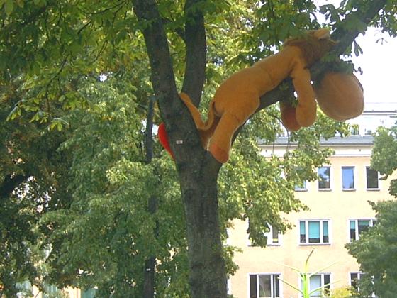 Plüschtier im Baum