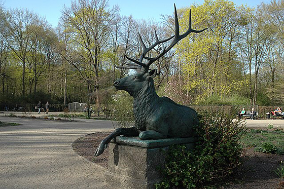 Hirsch-Statue im Rosengarten (Großer Tiergarten)