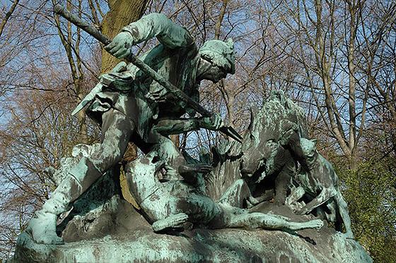 Skulptur mit Jagdszene an der Fasanerieallee im Großen Tiergarten