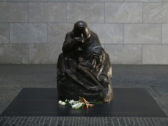 """Skulptur """"Mutter mit totem Sohn"""" von Käthe Kollwitz (8. Juli 1867 in Königsberg; † 22. April 1945 in Moritzburg bei Dresden) - Neue Wache Berlin"""