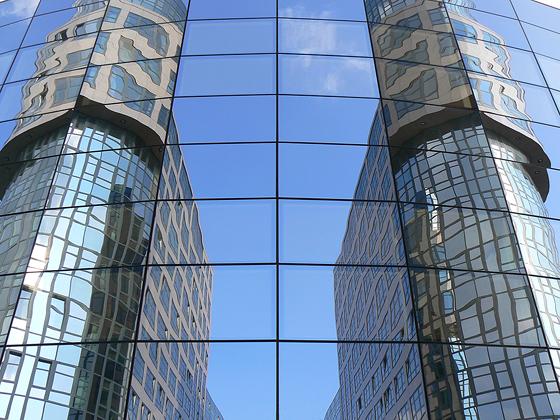 Spiegelfassade im Spreebogen
