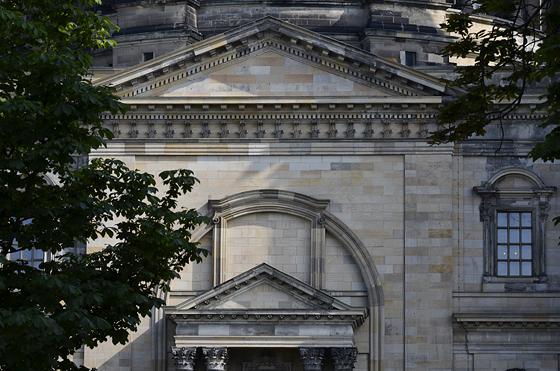 Foto-Rätsel: Welche Fassade eines bekannten Gebäudes in Berlin Mitte ist hier zu sehen?