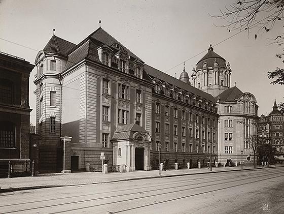 Mönnich Rudolf (1854-1922), Kriminalgericht und Untersuchungsgefängnis Berlin-Moabit, Erweiterungsbau (1902–1906), Foto auf Karton, 28,8 x 40,7 cm, Architekturmuseum der Technischen Universität Berlin Inv. Nr. BZ-F 24,004.