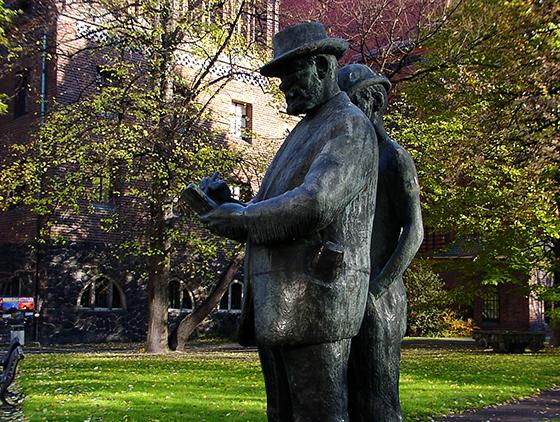 Zille-Denkmal im Köllnischen Park von Heinrich Drake (1903 - 1994), geschaffen 1964/65, im Hintergrund das Märkische Museum